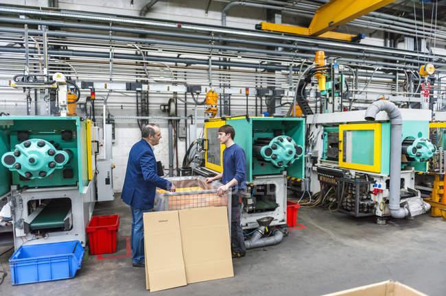 Менеджер и работник завода по производству пластмасс — стоковое фото