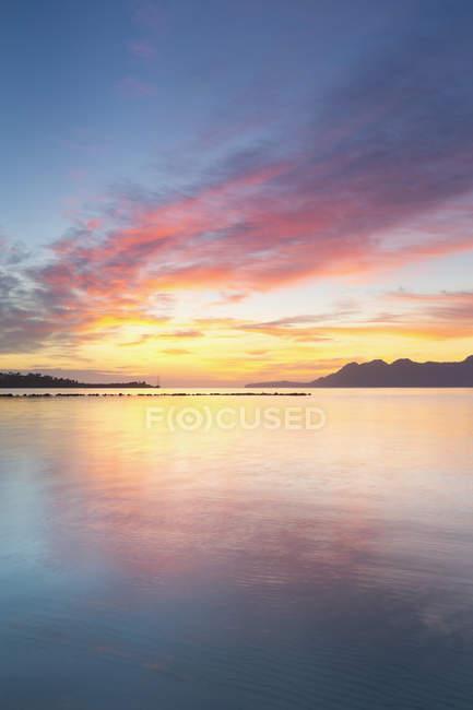 Мальовничим видом Badia d'Alcudia в ранковому світлі, місті Кан-Пікафорт, Майорка, Балеарські острови, Іспанія — стокове фото