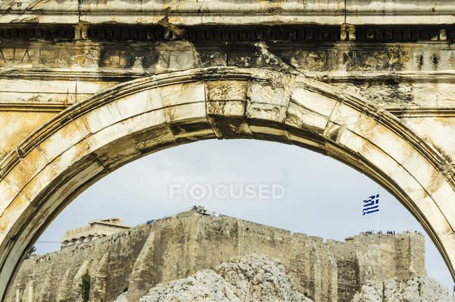 Grecia, Atenas, Arco de Adriano, Acrópolis en el fondo - foto de stock