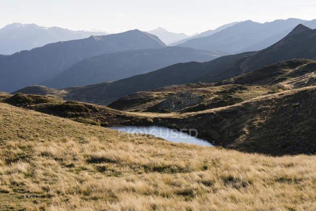 Италия, Южный Тироль, район Уотлс, Горное озеро — стоковое фото