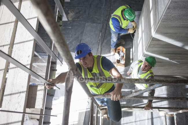 Construction workers working on construction site — Stock Photo