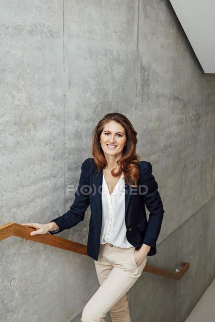 Ritratto di donna d'affari sorridente in scala — Foto stock