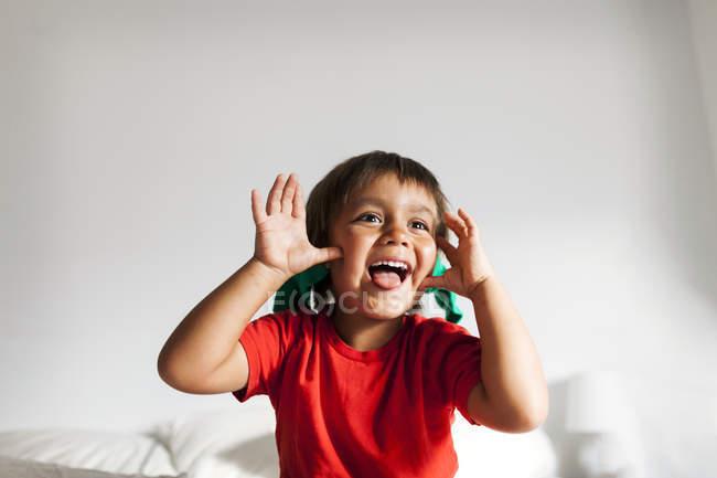 Портрет маленького мальчика с забавными лицами — стоковое фото