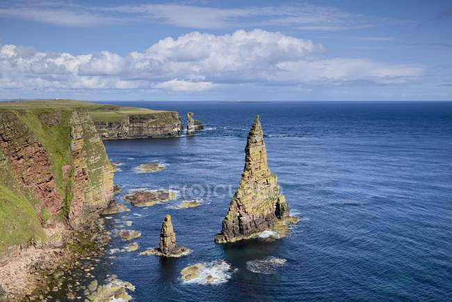 United Kingdom, Scotland, Coast of Duncansby Head, rock needles — Stock Photo