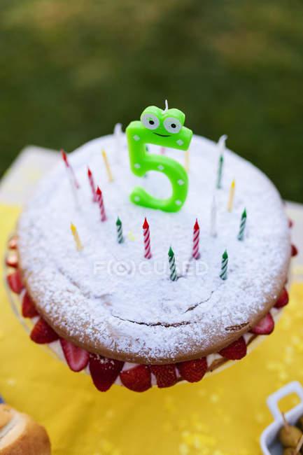 Праздничный торт со свечами и 5 номер — стоковое фото
