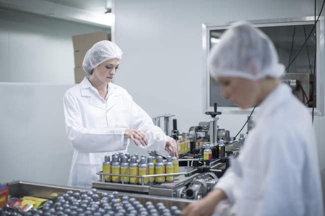 Personnel travaillant dans une usine médicale moderne — Photo de stock