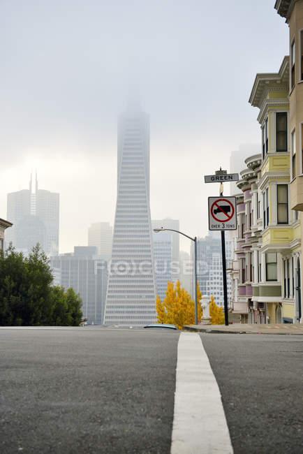 USA, California, San Francisco, Transamerica Piramide e case lungo Montgomery Street — Foto stock