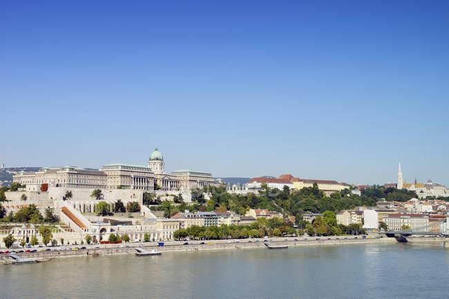 Hongrie, Budapest, Vue sur le château de Buda, Rivière Danube pendant la journée — Photo de stock