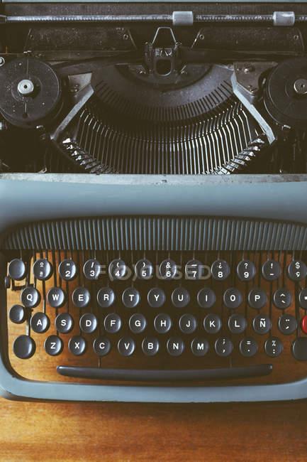 Máquina de escribir vieja en madera, primer plano - foto de stock