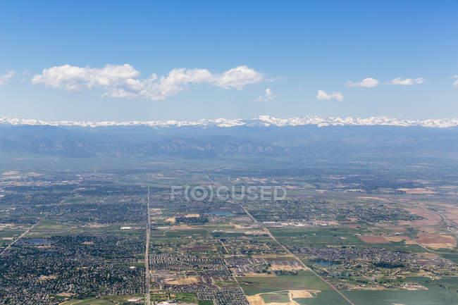 США, штат Колорадо, Денвер міський пейзаж і Скелясті гори на тлі — стокове фото