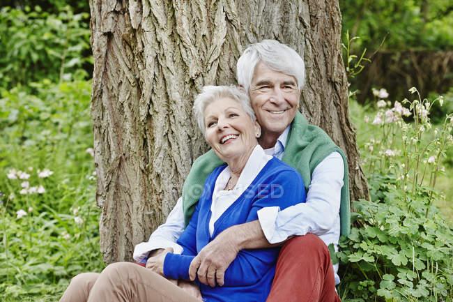 Старшая пара наслаждается природой в парке — стоковое фото