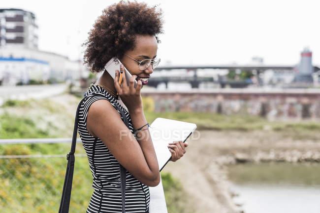 Geschäftsfrau telefoniert mit Handy im Freien — Stockfoto
