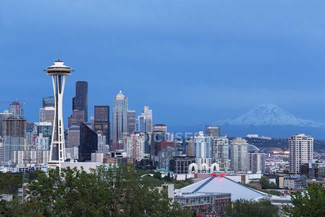 États-Unis, État de Washington, horizon de Seattle avec aiguille spatiale et Mont Rainier à l'heure bleue — Photo de stock