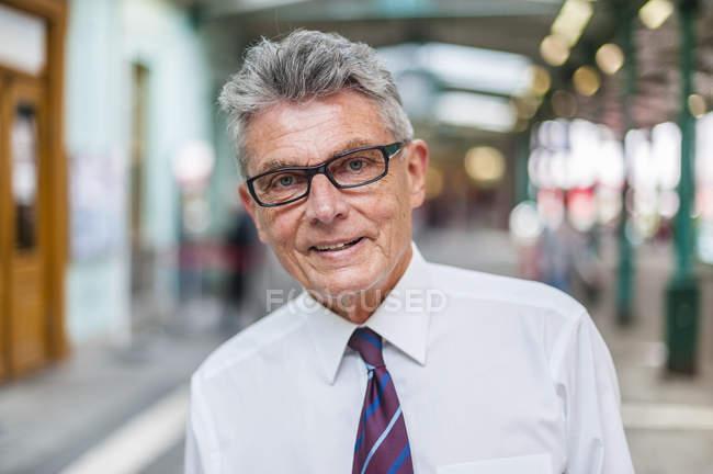 Retrato de un hombre de negocios de confianza - foto de stock