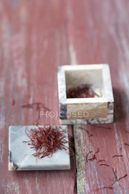 Крупним планом jar Перська шафрану розміщені на дерев'яні таблиці — стокове фото