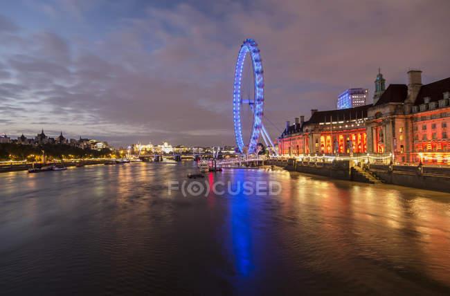 Regno Unito, Inghilterra, Londra, London Eye al fiume Tamigi nella luce della sera — Foto stock
