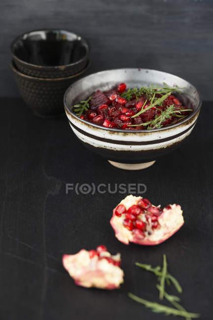 Schale mit Rote-Bete-Granatapfelsalat — Stockfoto