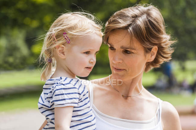 Mère regardant sa petite fille — Photo de stock