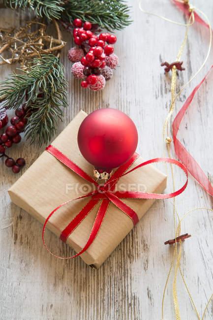 Navidad envuelto con rojo adorno de Navidad en madera - foto de stock