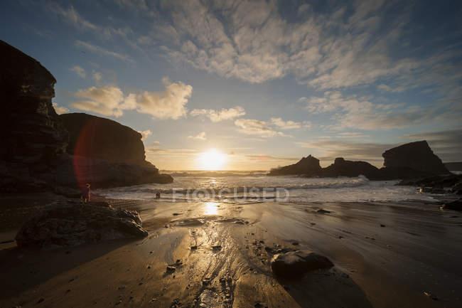 Regno Unito, Inghilterra, Cornovaglia, Bedruthan Steps, ragazzo sull'oceano — Foto stock
