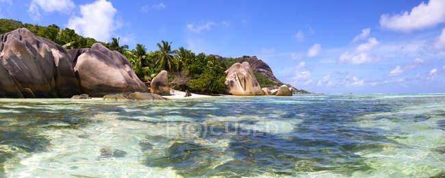 Seychelles, Isla La Digue, costa rocosa durante el día - foto de stock