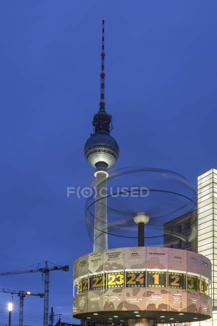 Alemania, Berlín, vista a la torre de la televisión y el reloj en Alexanderplatz por Crepúsculo - foto de stock