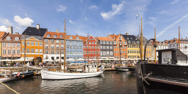 Denmark, Copenhagen, Nyhavn, canal view with moored boats and row of houses — Stock Photo