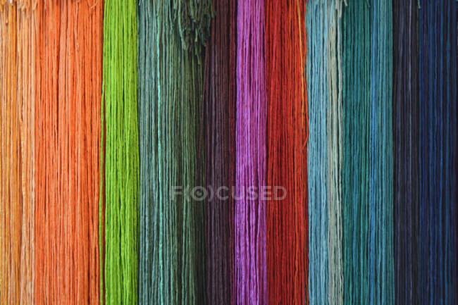 Разноцветные шелковые ленты, полная рамка — стоковое фото