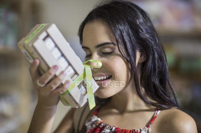 Улыбающаяся женщина, пахнущая ароматом — стоковое фото