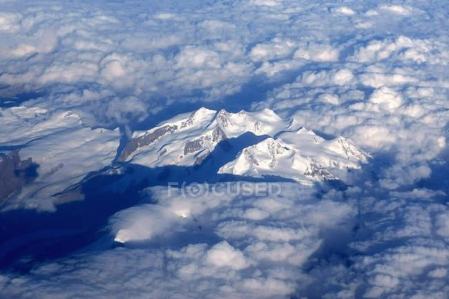 Die Alpen, Luftaufnahme, Wolken, Schnee, Berge tagsüber — Stockfoto