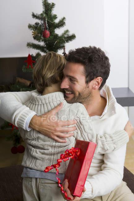 Padre dare figlio regalo di Natale — Foto stock