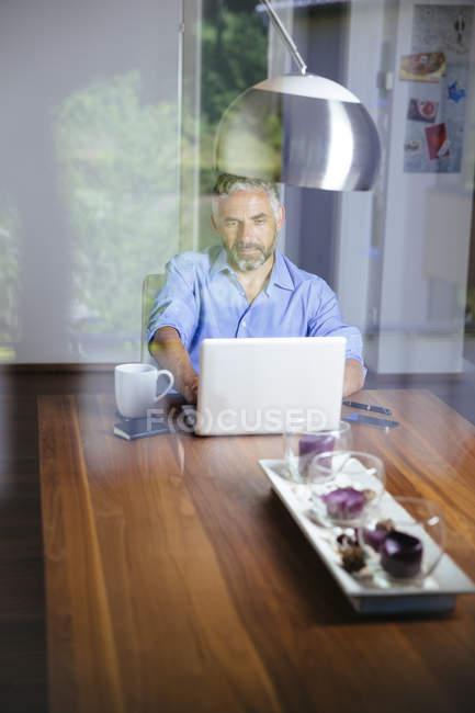 Geschäftsmann arbeitet mit Laptop im Home Office — Stockfoto