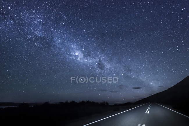 New Zealand, South Island, starry sky, milkyway at Lake Pukaki by night — Stock Photo