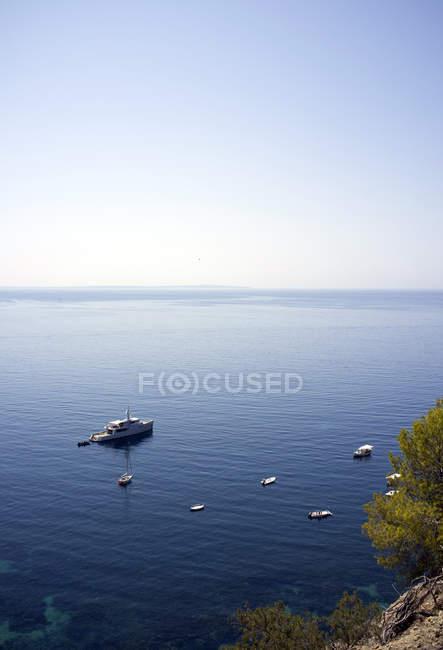 Spagna, Isole Baleari, Ibiza, Ses Boques, yacht di lusso in acqua durante il giorno — Foto stock
