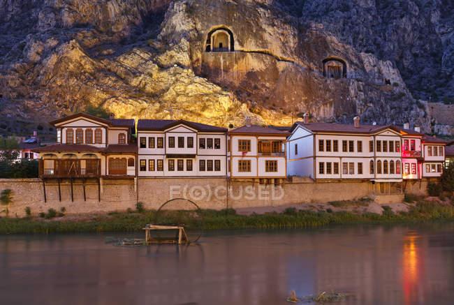 Турция, регион Черного моря, Амасья, дома Османской и скальных гробниц в реке Yesilirmak — стоковое фото