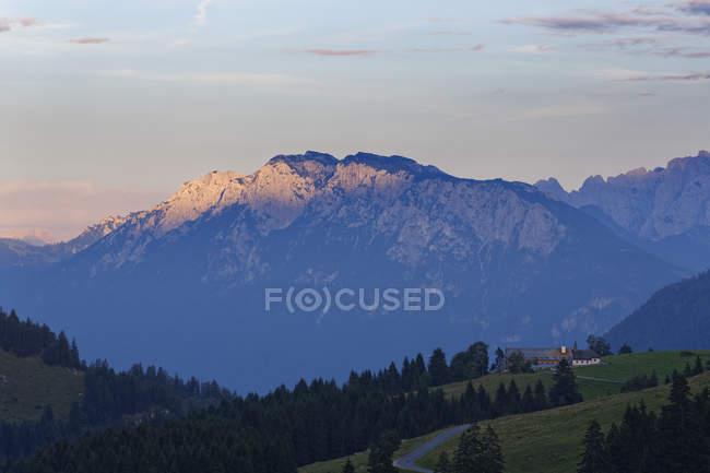 Германия, Бавария, верхней Баварии, Мангфалль горы, Северные Известняковые Альпы и часовня в Sudelfeld на фоне — стоковое фото