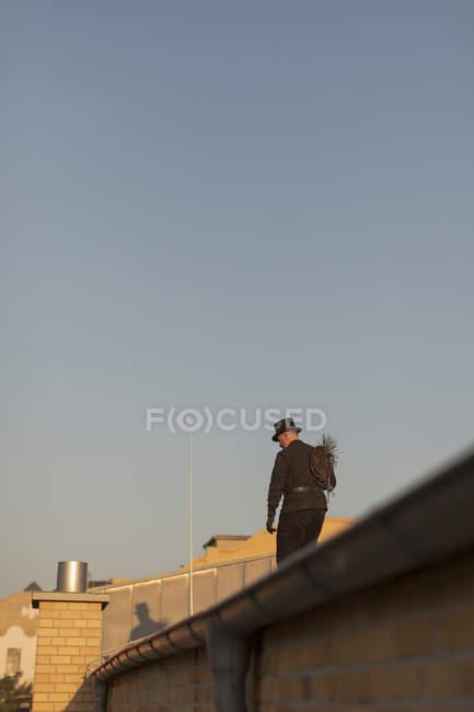 Spazzacamino che cammina sul tetto dell'edificio — Foto stock