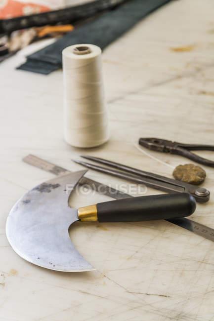 Крупный план инструментов на рабочей поверхности в седельном хозяйстве — стоковое фото