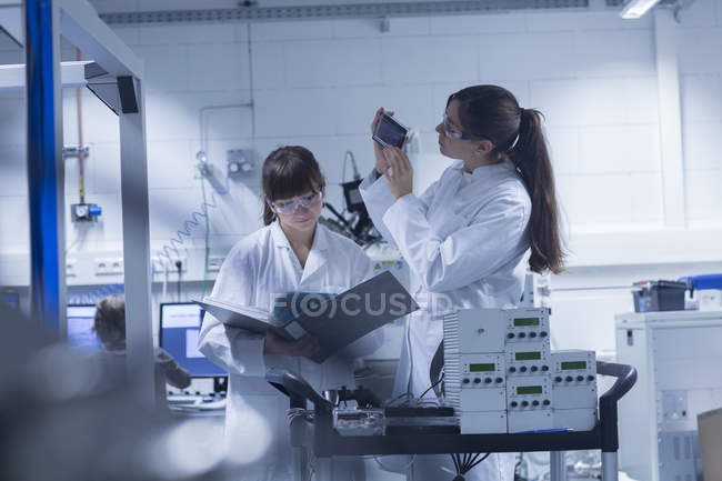 Two female technicans working together in a technical laboratory — Stock Photo