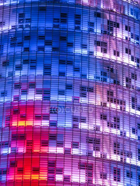 Spagna, Catalogna, Barcellona, parte della facciata illuminata di Torre Agbar — Foto stock