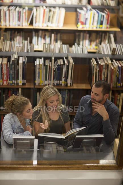 Обучение в библиотеке — стоковое фото