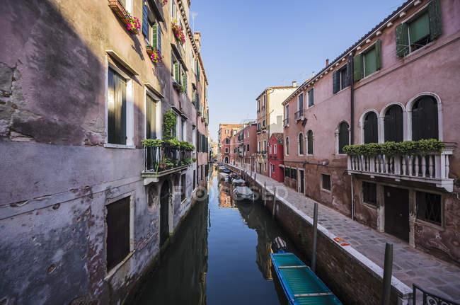 Itália, Veneto, Veneza, Cannaregio District, Fila de casas junto ao canal — Fotografia de Stock