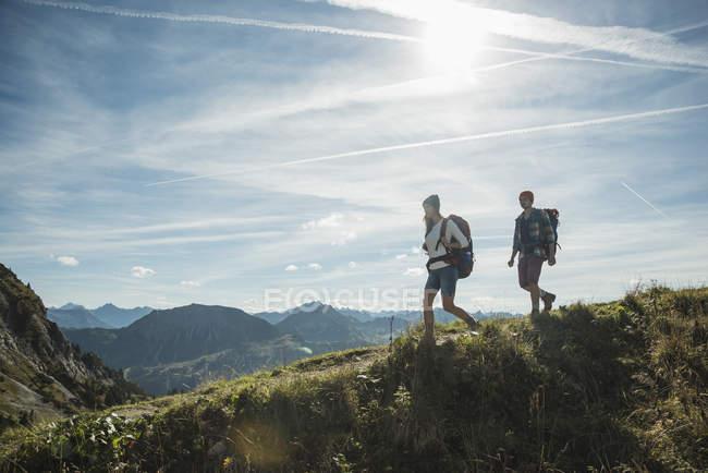 Österreich, Tirol, Tannheimer Tal, junges Paar auf Bergweg Wandern — Stockfoto