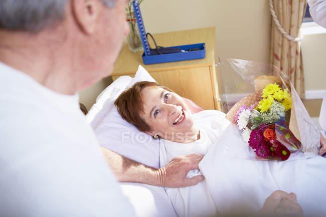 Senior man visiting woman in hospital — Stock Photo