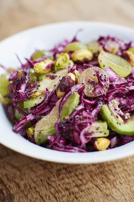 Блюдо Червоної капусти салат з авокадо, виноград, фісташки і протруювання насіння маку — стокове фото