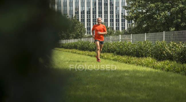 Homme mûr de jogging avant travaux — Photo de stock