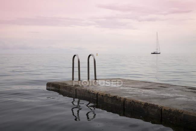 Словенья, Пиран, вид на пристани для купания при свете фар — стоковое фото