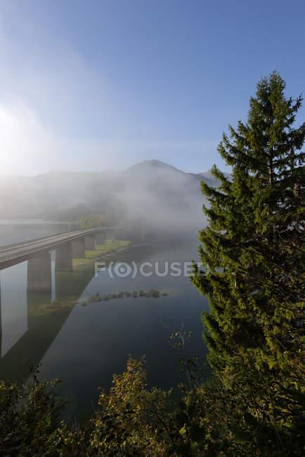 Германия, Бавария, утренний туман на плотине Sylvenstein — стоковое фото