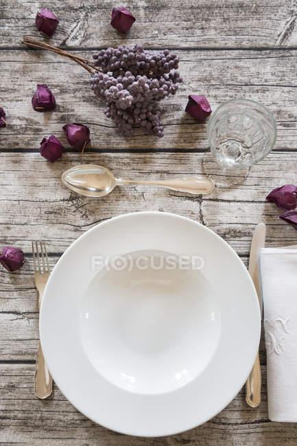 Plato de sopa sobre la mesa puesta otoñal - foto de stock