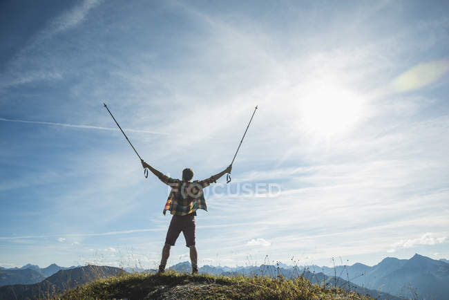 Österreich, Tirol, Tannheimer Tal, Junger Mann jubelt auf Berggipfel — Stockfoto